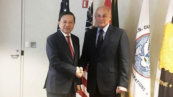 Bộ trưởng Tô Lâm và Bộ trưởng An ninh Nội địa Mỹ John Kelly. - Sputnik Việt Nam