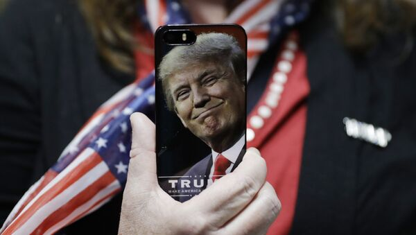 A woman holds up her cell phone before a rally with Republican presidential candidate Donald Trump, Thursday, Sept. 29, 2016, in Bedford, N.H. - Sputnik Việt Nam