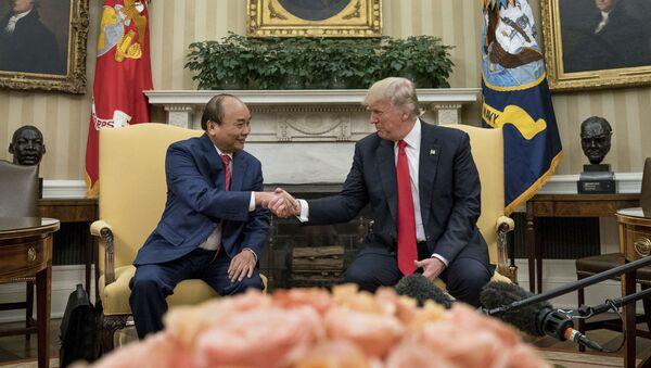 Thủ tướng Nguyễn Xuân Phúc và Tổng thống Mỹ Donald Trump gặp gỡ trong Nhà Trắng - Sputnik Việt Nam