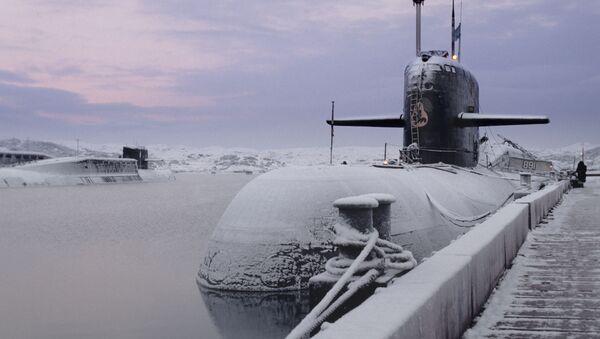 Tàu ngầm hạt nhân của Hạm đội Biển Bắc - cạnh bức tường neo đậu trên căn cứ hải quân. - Sputnik Việt Nam
