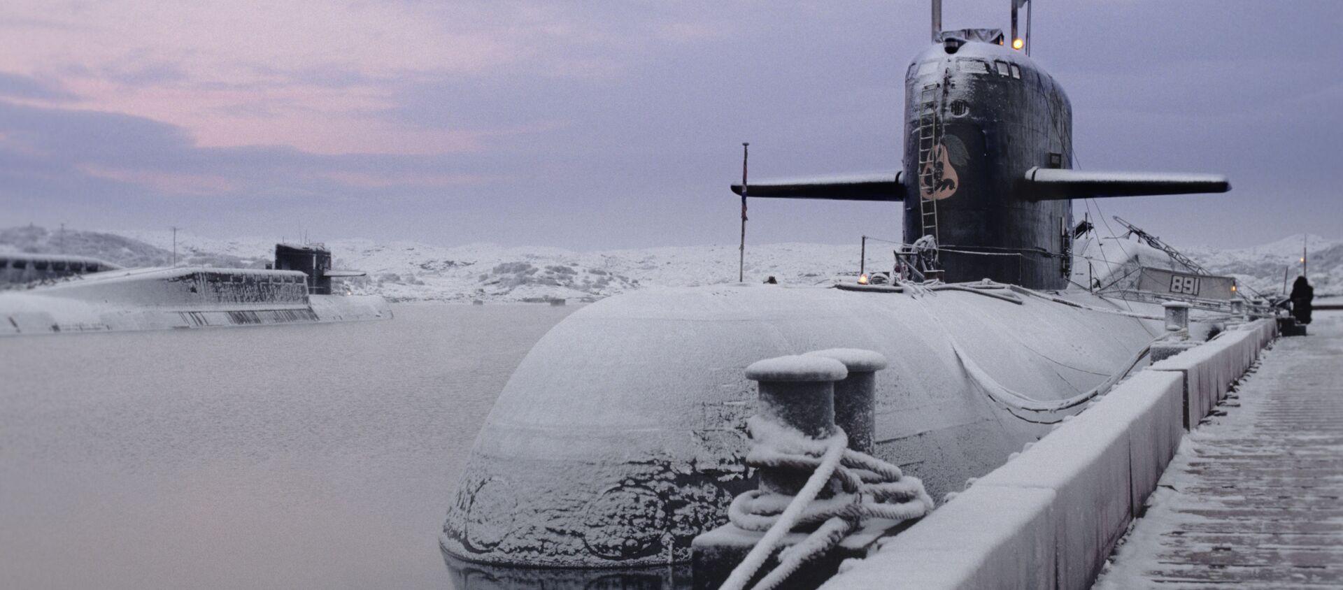 Tàu ngầm hạt nhân của Hạm đội Biển Bắc - cạnh bức tường neo đậu trên căn cứ hải quân. - Sputnik Việt Nam, 1920, 26.03.2021