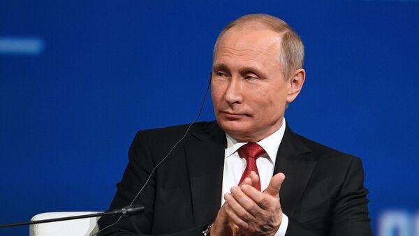Vladimir Putin phát biểu tại phiên họp toàn thể SPIEF. - Sputnik Việt Nam