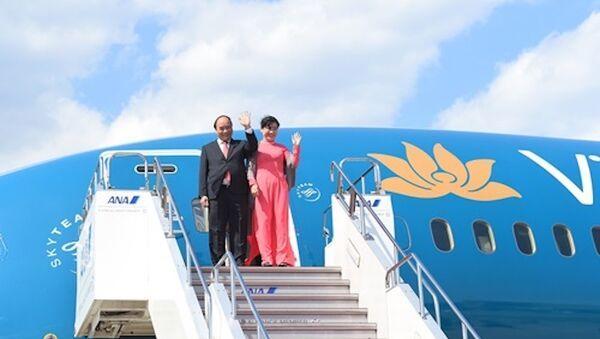 Thủ tướng Nguyễn Xuân Phúc và phu nhân trước lúc bước xuống sân bay Haneda, thủ đô Tokyo, Nhật Bản. - Sputnik Việt Nam