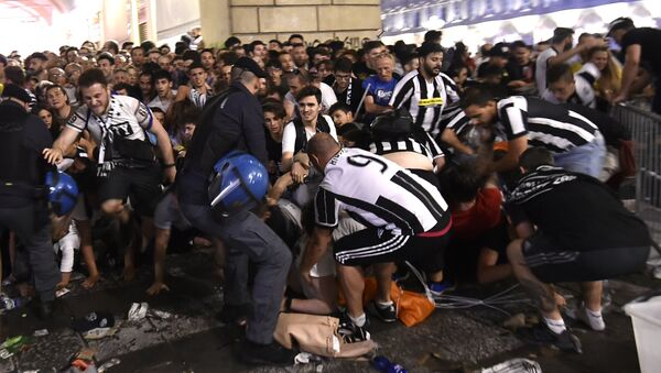 Football Soccer - Juventus v Real Madrid - UEFA Champions League Final - San Carlo Square, Turin, Italy - June 3, 2017 Juventus' fans run away from San Carlo Square following panic created by the explosion of firecrackers as they was watching the match on a giant screen - Sputnik Việt Nam