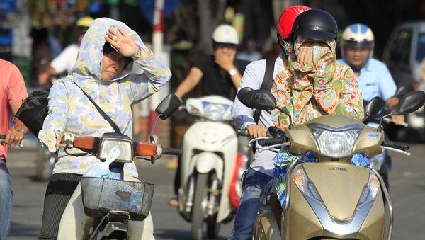 Người dân Hà Nội lái xe máy dưới nắng nóng - Sputnik Việt Nam