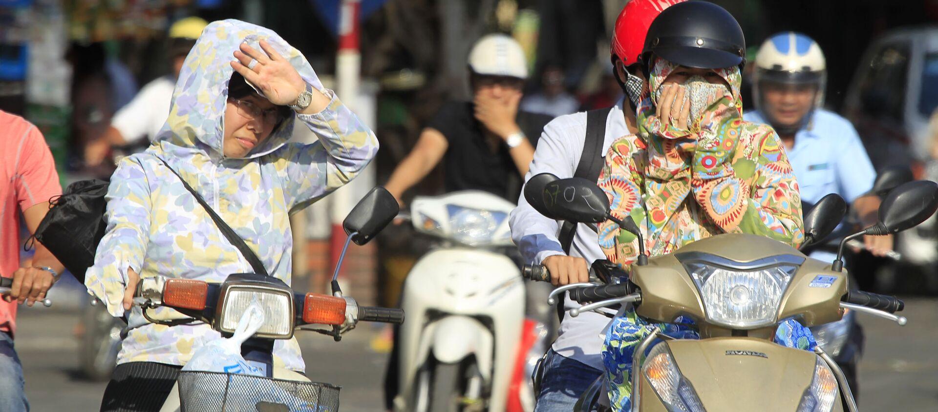 Người dân Hà Nội lái xe máy dưới nắng nóng - Sputnik Việt Nam, 1920, 09.12.2020