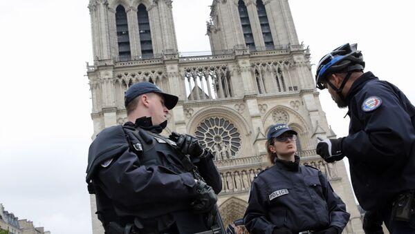 French police officers patrol outside Notre Dame Cathedral (File) - Sputnik Việt Nam