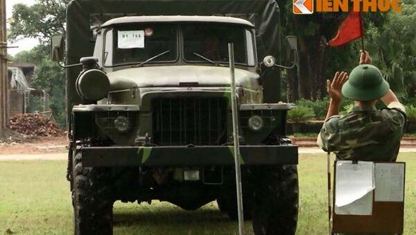 Đây là thế hệ đầu tiên của loại pháo tự hành 105mm do Việt Nam tự phát triển, sản xuất – được thiết kế trên khung gầm xe vận tải bánh lốp Ural-375Đ. - Sputnik Việt Nam