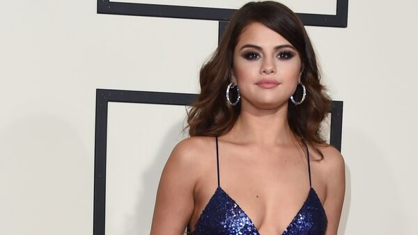 Singer Selena Gomez arrives on the red carpet during the 58th Annual Grammy Music Awards in Los Angeles February 15, 2016 - Sputnik Việt Nam