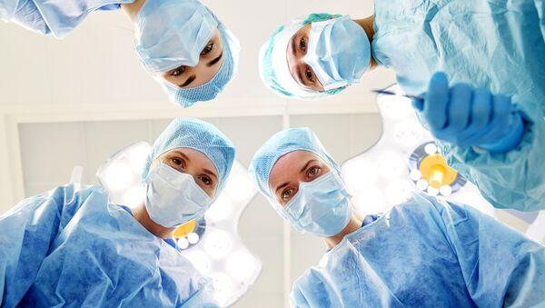 Các chuyên gia y tế trong ca phẫu thuật - Sputnik Việt Nam