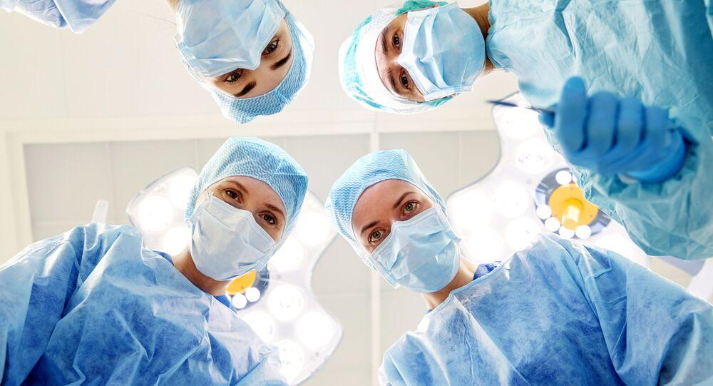 Các chuyên gia y tế trong ca phẫu thuật