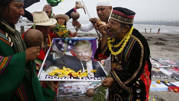 Шаманы Перу с постером, изображающим Дональда Трампа. Архивное фото - Sputnik Việt Nam