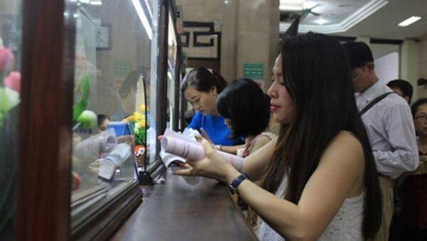 """Tung 8.000 vé tàu giá 10 nghìn đồng: Hành khách xếp hàng mua vé mới biết bị """"lừa"""" - Sputnik Việt Nam"""