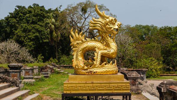 Золотой дракон на территории Императорского города в Хюэ, Вьетнам - Sputnik Việt Nam