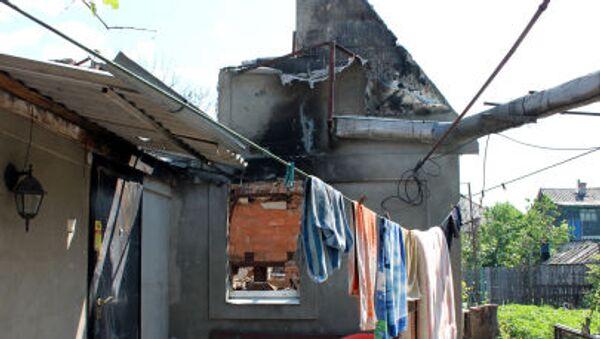 Nhà dân bị pháo kích tàn phá ở quận Oktyabrsky, tp. Donetsk - Sputnik Việt Nam