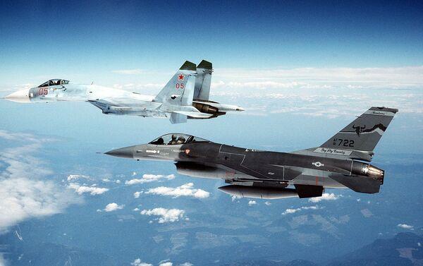 Su-27 và F-16 - Sputnik Việt Nam