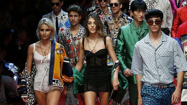18 tháng Sáu. Con gái Sylvester  Sistine Stallone (giữa) trong buổi trình diễn mốt  Dolce & Gabbana tại Tuần lễ Thời trang Milan. - Sputnik Việt Nam