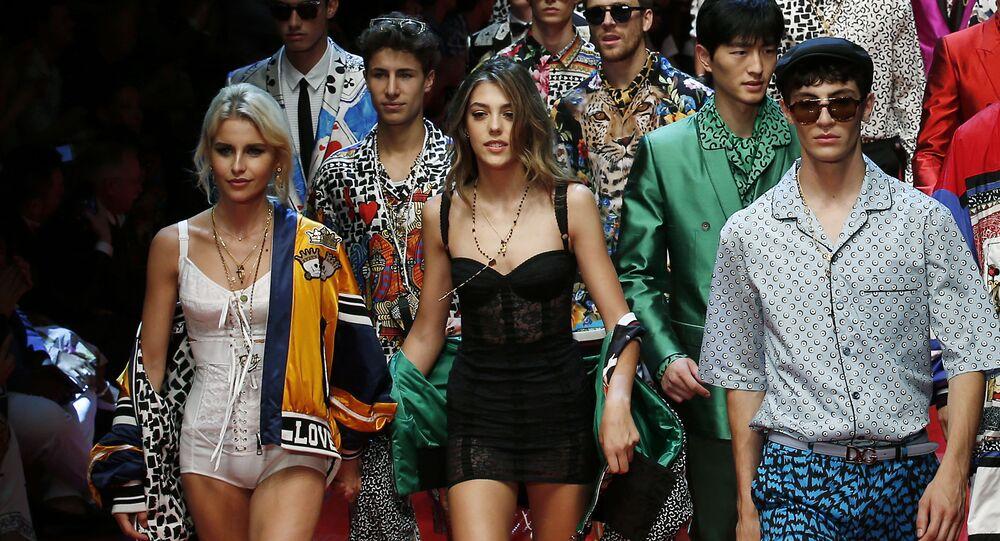 18 tháng Sáu. Con gái Sylvester  Sistine Stallone (giữa) trong buổi trình diễn mốt  Dolce & Gabbana tại Tuần lễ Thời trang Milan.