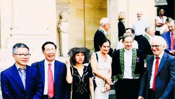 Giáo sư Ngô Bảo Châu (ngoài cùng bên trái) cùng các nhà khoa học chụp hình lưu niệm trước cửa Viện Hàn lâm Khoa học Pháp - Sputnik Việt Nam