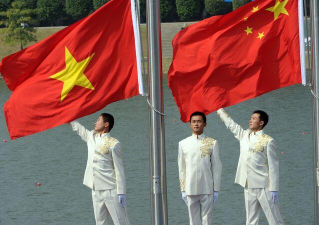 Cờ quốc gia Trung Quốc và Việt Nam