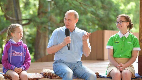 Tổng thống Nga Vladimir Putin thăm Trung tâm thiếu nhi quốc tế Artek tại Crưm. - Sputnik Việt Nam