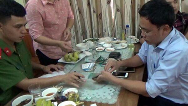 Nhà báo Lê Duy Phong (áo xanh, bên phải) bị công an bắt khi đang dùng bữa tại nhà hàng. Ông Phong được cho là có hành vi nhận tiền của doanh nghiệp tại đây. - Sputnik Việt Nam