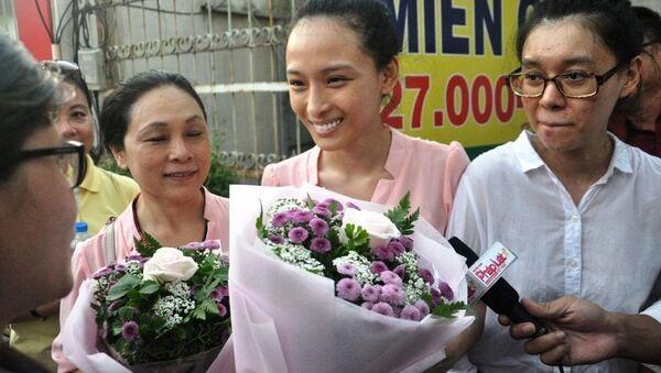 Phương Nga cười rạng rỡ và nhận bó hoa từ người thân sau khi được tại ngoại - Sputnik Việt Nam