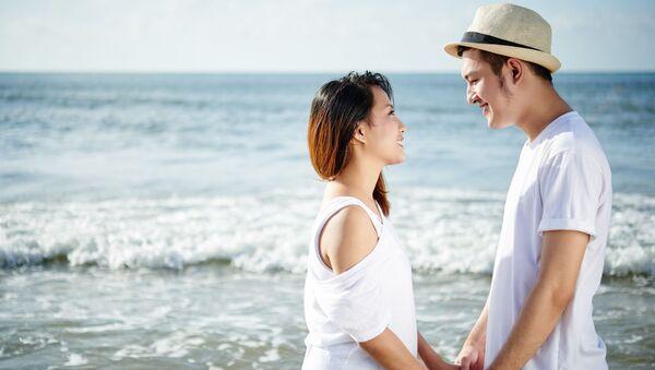 Влюбленная пара на пляже - Sputnik Việt Nam