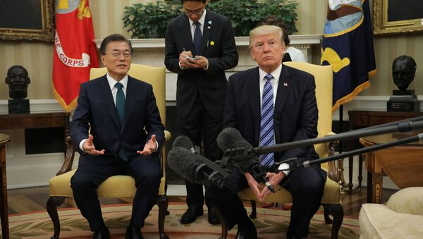 U.S. President Donald Trump (R) meets with South Korean President Moon Jae-in in the White House Oval Office in Washington, U.S., June 30, 2017 - Sputnik Việt Nam