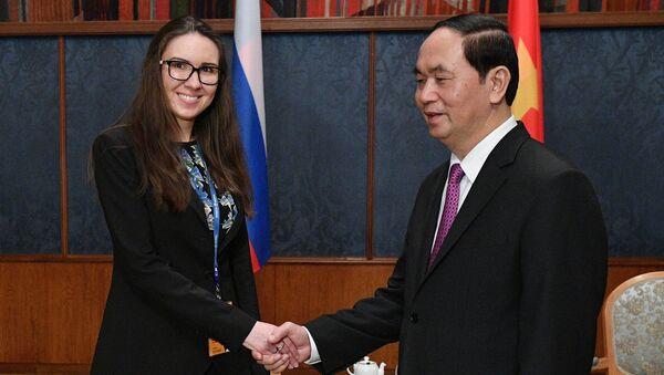 Chủ tịch Trần Đại Quang và Anastasia Dementieva, trưởng biên tập của Sputnik Việt Nam - Sputnik Việt Nam