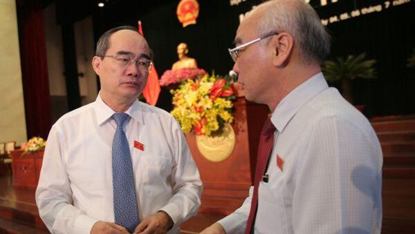 Bí thư Nguyễn Thiện Nhân trao đổi với đại biểu bên lề kỳ họp thứ 5 HĐND TP.HCM khóa IX. - Sputnik Việt Nam