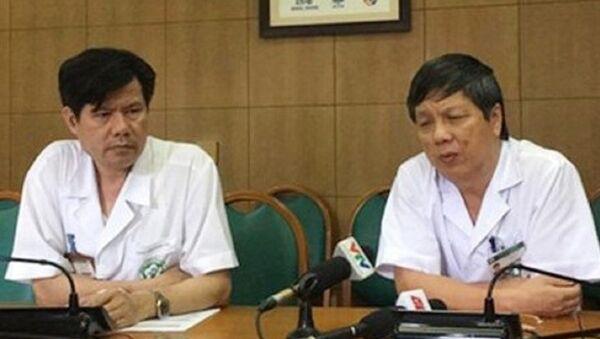 TS Nguyễn Hữu Dũng (bên trái), GS, TS Nguyễn Gia Bình (bên phải) cung cấp thông tin cho báo chí về vụ chạy thận ở Hòa Bình ngày 4-7 - Sputnik Việt Nam