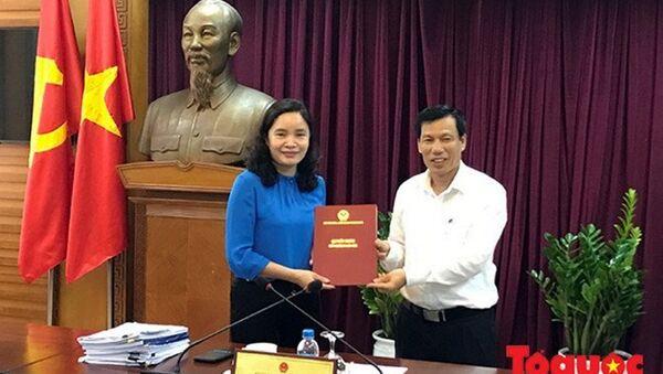 Bộ trưởng VH-TT-DL Nguyễn Ngọc Thiện trao quyết định bổ nhiệm của Thủ tướng cho Thứ trưởng Trịnh Thị Thủy. - Sputnik Việt Nam