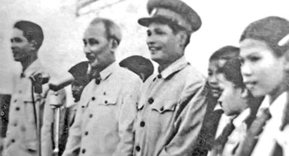 Bác Hồ và Đại tướng Nguyễn Chí Thanh trên khán đài sân vận động Đồng Hới