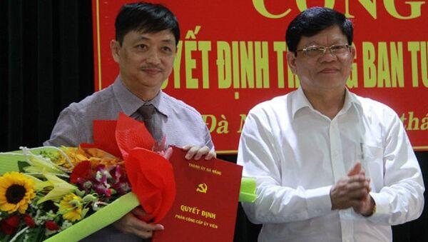 Ông Đặng Việt Dũng (bên trái) nhận quyết định trưởng Ban Tuyên Thành ủy Đà Nẵng - Sputnik Việt Nam