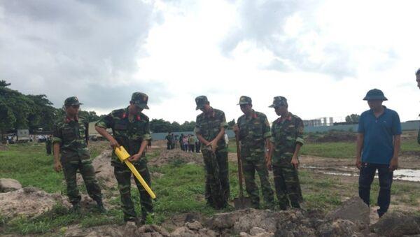Lực lượng công binh Bộ Tư lệnh tham gia khảo sát khu vực mộ tập thể tại sân bay Tân Sơn Nhất. - Sputnik Việt Nam