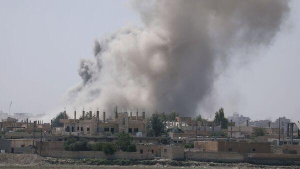 Дым над юго-восточной окраиной Ракки, Сирия - Sputnik Việt Nam