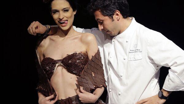 Người mẫu trong chương trình thời trang sô cô la của nhà thiết kế Lebanon Pierre Abi Haila ở Beirut - Sputnik Việt Nam