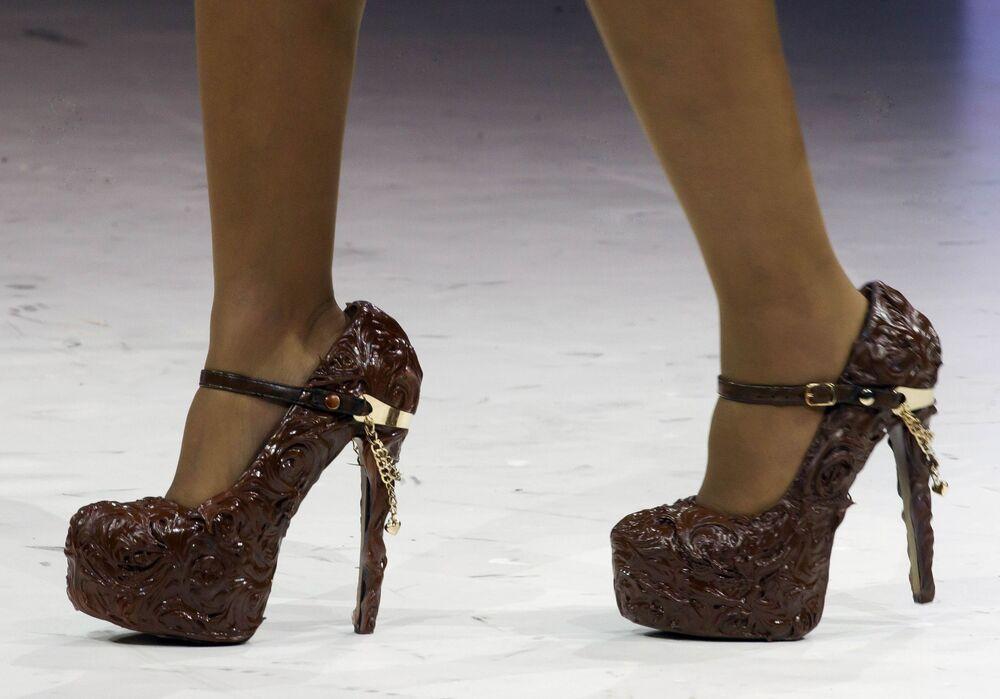 Đôi giày phủ sô cô la tại show diễn thời trang ở Paris