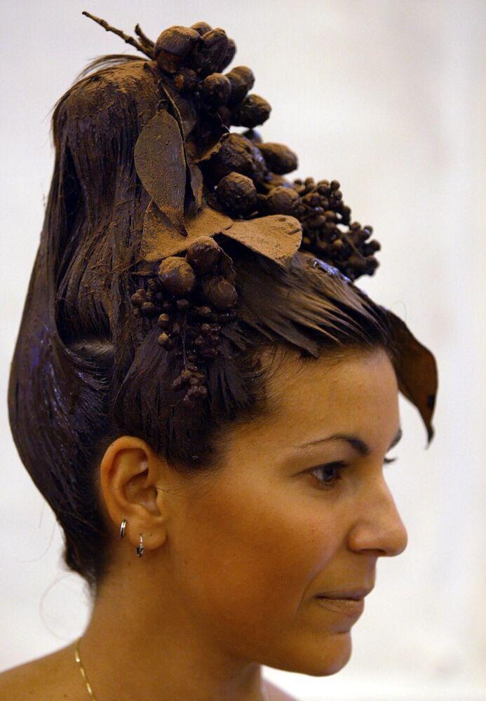 Người mẫu với kiểu tóc sô cô la trong Lễ hội sô cô la châu Âu tại Ý
