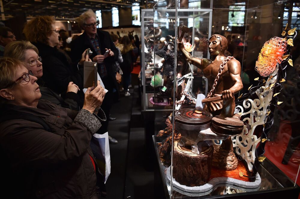 Tác phẩm điêu khắc sô cô la tại Salon du Chocolat ở hội chợ triển lãm Paris