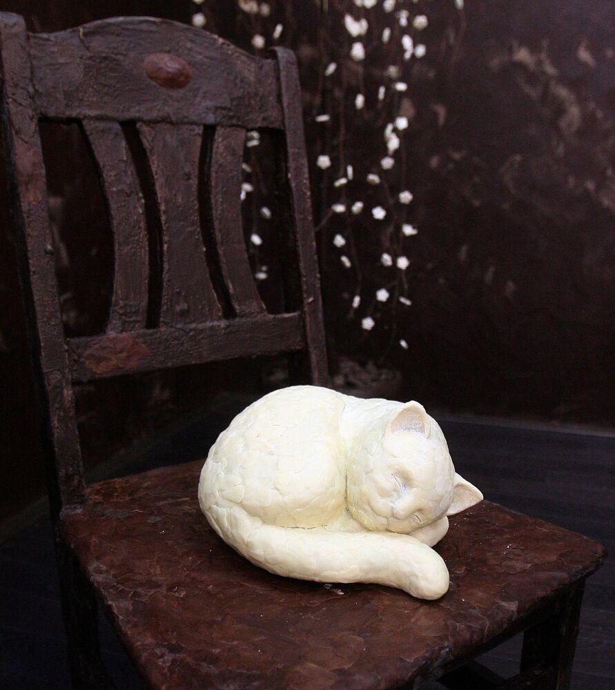 Con mèo sô cô la trên chiếc ghế sô cô la ở Litva