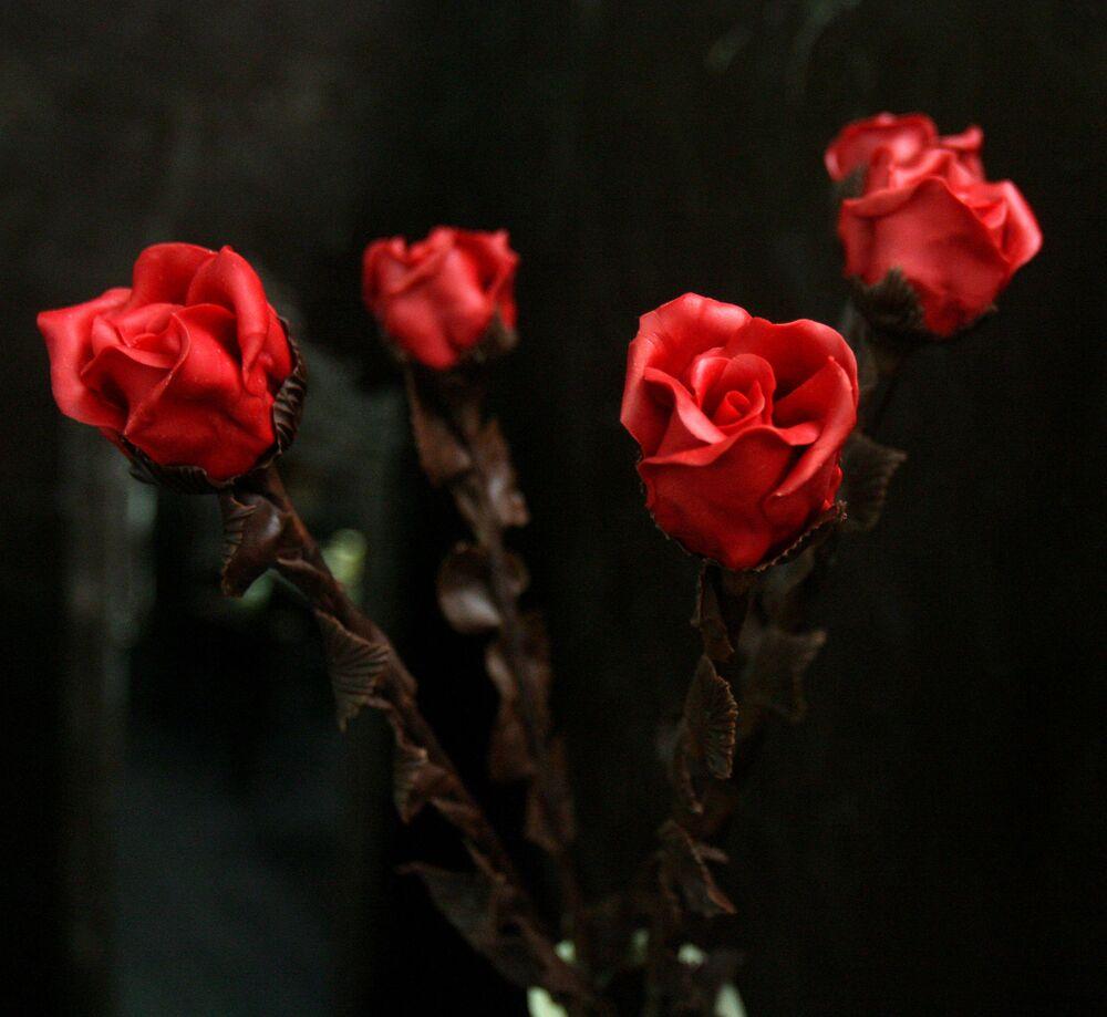 Hoa hồng làm bằng sô cô la trong Chocolate Room ở trung tâm mua sắm tại Vilnius, thủ đô Litva