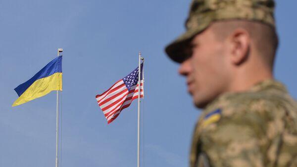Binh sĩ Ukraina dưới cờ Mỹ và Ukraina trong cuộc tập trận - Sputnik Việt Nam