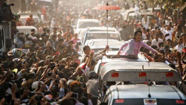 Thủ lĩnh đối lập Myanmar Aung San Suu Kyi chào mừng những người ủng hộ tại buổi lễ kỷ niệm 100 năm ngày sinh thân phụ bà - Sputnik Việt Nam