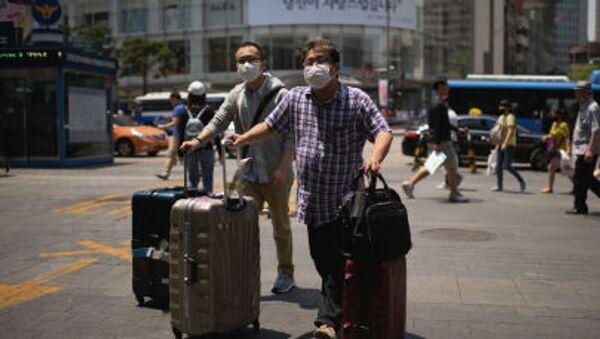 Khách du lịch đeo khẩu trang ở Seoul - Sputnik Việt Nam