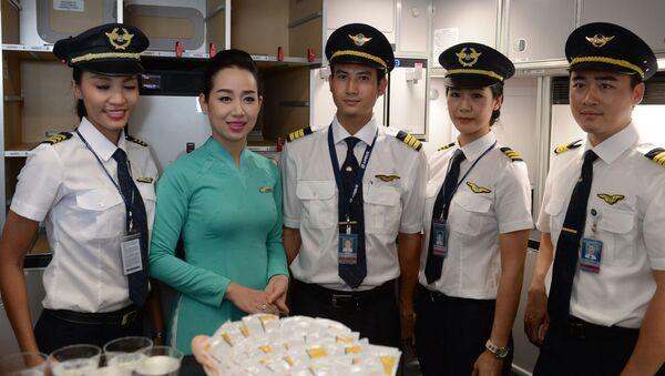 Sân bay quốc tế Nội Bài. Phi hành đoàn hãng hàng không Việt Nam Airlines trên chiếc máy bay Airbus A350-900 XWB - Sputnik Việt Nam