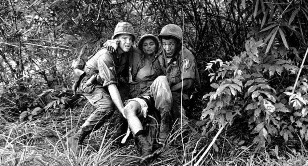 Lính Mỹ cứu giúp nhau khi bị thương