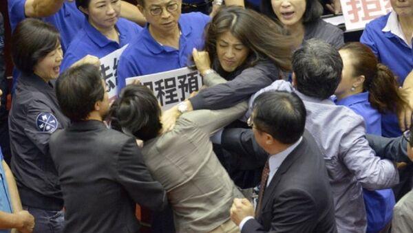 Nghị sĩ Hsu Shu-hua (áo đậm hơn, Quốc dân đảng) cố bóp cổ nghị sĩ Chu Yi-ying (đảng Dân tiến) trong khi các đồng nghiệp lao vào để ngăn cản người. - Sputnik Việt Nam