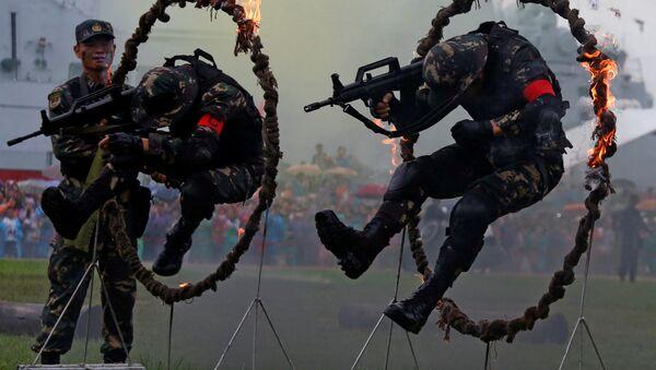 Binh lính của Quân đội Giải phóng Nhân dân Trung Quốc diễn tập nhảy qua vòng lửa tại căn cứ Hải quân ở Hồng Kông - Sputnik Việt Nam